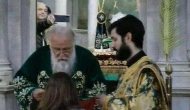 Κέρκυρα: Θεία κοινωνία στον Άγιο Σπυρίδωνα παρά την απαγόρευση