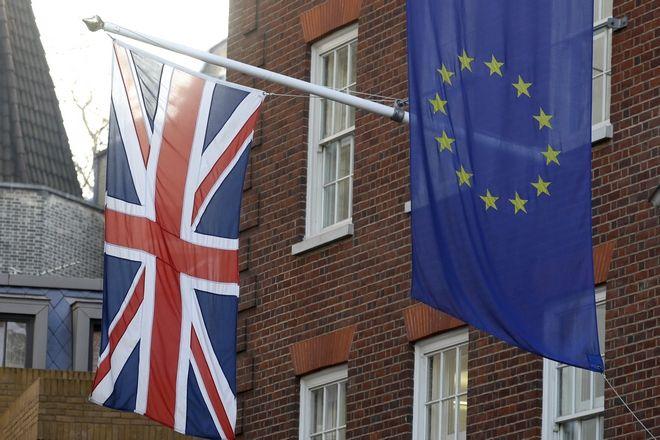 Η σημαία της Ευρωπαϊκής Ένωσης και η σημαία της Βρετανίας κρέμονται πάνω από το Γραφείο Διαμεσολάβησης του Ευρωπαϊκού Κοινοβουλίου