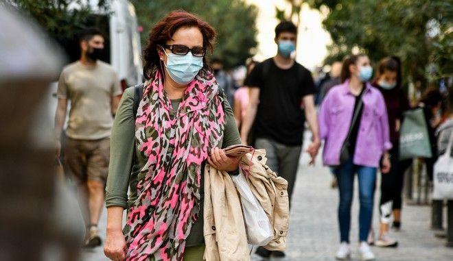 Στιγμιότυπο από τη χρήση μάσκας σε εξωτερικούς χώρους στο κέντρο της Αθήνας