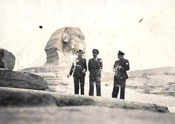 Σε αυτή την ταλαιπωρημένη από τον χρόνο φωτογραφία, ο πατέρας μου (αριστερά) και δυο αξιωματικοί ακόμα, μπροστά από τη Μεγάλη Σφίγγα της Γκίζας (1941).