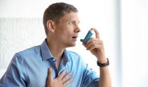 Νέος άνδρας λαμβάνει εισπνεόμενη θεραπεία