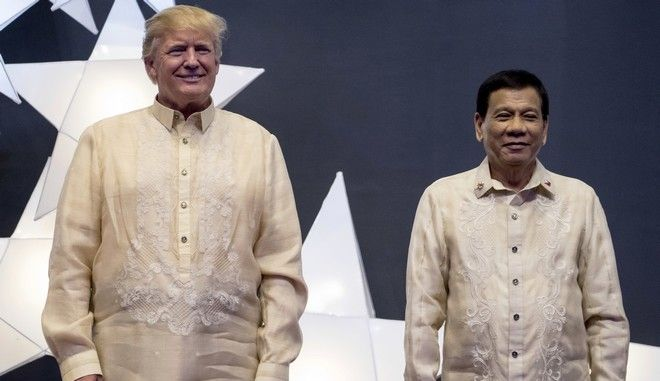 President Donald Trump and Philippines President Rodrigo Duterte, right, join other leaders for a family photo at an ASEAN Summit dinner at the SMX Convention Center, Sunday, Nov. 12, 2017, in Manila, Philippines. (AP Photo/Andrew Harnik)