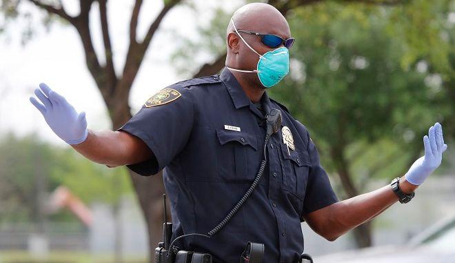 Αστυνομικός με μάσκα (φωτογραφία αρχείου)
