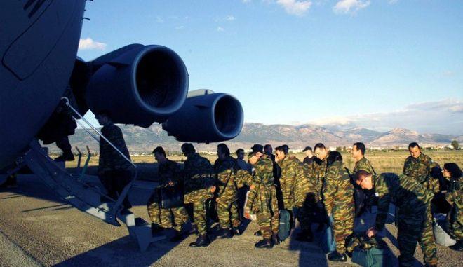 """Μέλη του Ελληνικού Στρατού αναχωρούν από το αεροδρόμιο της Ελευσίνας για την Καμπούλ , πρωτεύουσα του Αφγανιστάν  , Παρασκευή 2 Δεκεμβρίου 2005 . Από το Γενικό Επιτελείο Εθνικής 'μυνας ανακοινώθηκε ότι, από 01 Δεκεμβρίου 2005, η Ελλάδα ανέλαβε τη Διοίκηση του Διεθνούς Αεροδρομίου της Καμπούλ (Kabul International Airport - KAIA), στο Αφγανιστάν. Για τους επόμενους τέσσερις μήνες, η χώρα μας θα αποτελεί το """"Επικεφαλής Έθνος"""" (Lead Nation), μεταξύ των 22 Εθνών, τα οποία μετά από απόφαση του ΟΗΕ συνεργάζονται για τη λειτουργία του αεροδρομίου και συνδράμουν έτσι στην προσπάθεια της Αφγανικής Κυβερνήσεως για σταθεροποίηση της χώρας. ΓΕΝΙΚΟ ΕΠΙΤΕΛΕΙΟ ΕΘΝΙΚΗΣ ΑΜΥΝΑΣ."""