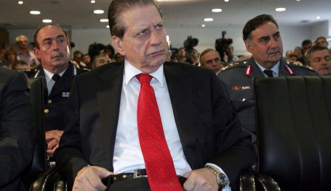 Ο  πρώην υπουργός Δημόσιας Τάξης Βύρων Πολύδωρας (K), στη τελετή παράδοσης παραλαβής, την Τετάρτη 19 Σεπτεμβρίου 2007. στο ΥΔΤ. Το υπουργείο Δημόσιας Τάξης ενσωματώθηκε στο υπουργείο Εσωτερικών.