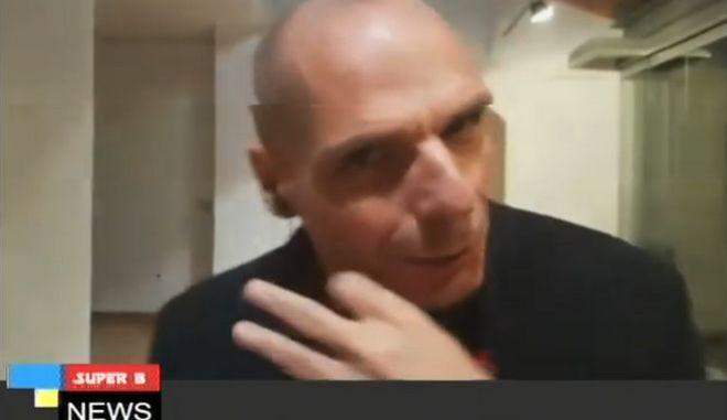 Ο Γιάνης Βαρουφάκης εγκαταλείπει τηλεοπτική συνέντευξη