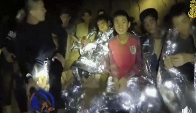Αίσιο τέλος είχε η αναζήτηση των 12 αγοριών και του προπονητή τους που είχαν χαθεί στις 23 Ιουνίου  μετά την είσοδό τους σε σπηλιά για να προστατευθούν από τα νερά της βροχής.
