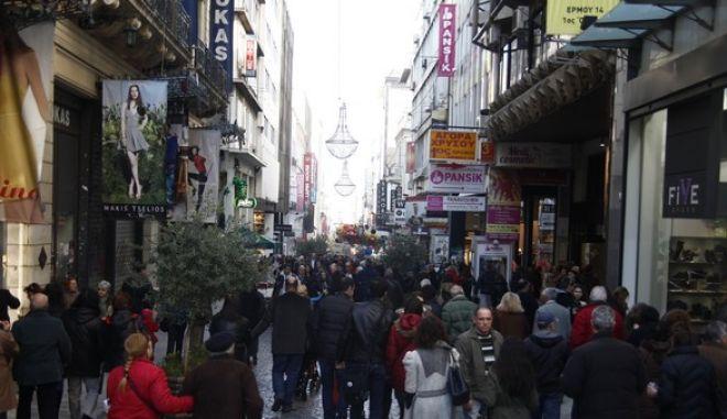 Στιγμιότυπο από τον πεζόδρομο της οδού Ερμού και την κίνηση στα εμπορικά καταστήματα την Κυριακή 22 Δεκεμβρίου 2013. (EUROKINISSI/ΓΙΩΡΓΟΣ ΚΟΝΤΑΡΙΝΗΣ)