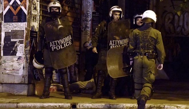 """Άνδρες των ΜΑΤ έχουν ακινητοποιήσει για προσαγωγή νεαρό άνδρα γιατί """"χτυπούσε"""" με λέιζερ αστυνοικούς που συμμετείχαν στα μέτρα ασφαλείας στην οδό Χαριλάου Τρικούπη έπειτα από την επίθεση στα γραφεία του ΠΑΣΟΚ το βράδυ της Δευτέρας 6 Νοεμβρίου 2017. (EUROKINISSI/ΤΑΤΙΑΝΑ ΜΠΟΛΑΡΗ)"""