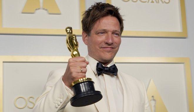 O Tόμας Βίντερμπεργκ με το Oscar για την καλύτερη διεθνή ταινία, για το 'Another Round' που έγινε για την κόρη του, η οποία σκοτώθηκε την τέταρτη μέρα των γυρισμάτων.