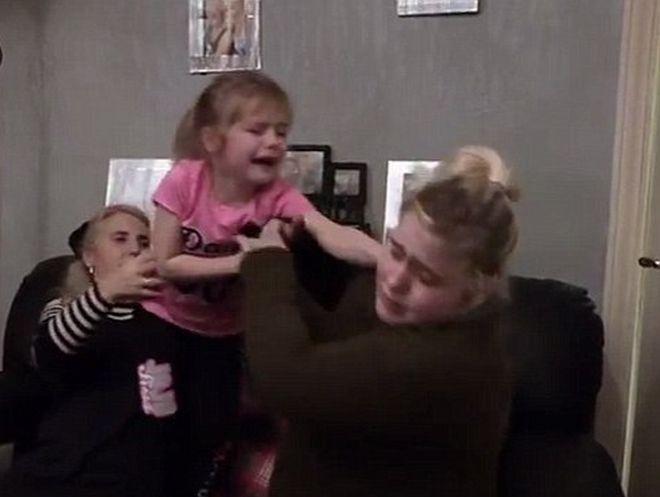 Απελπισμένη μητέρα καλεί ενισχύσεις για να αντιμετωπίσει το αφιονισμένο παιδί της