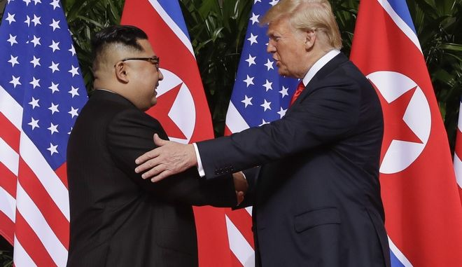 H ιστορική χειραψία Ντόναλντ Τραμπ-Κιμ Γιονγκ Ουν