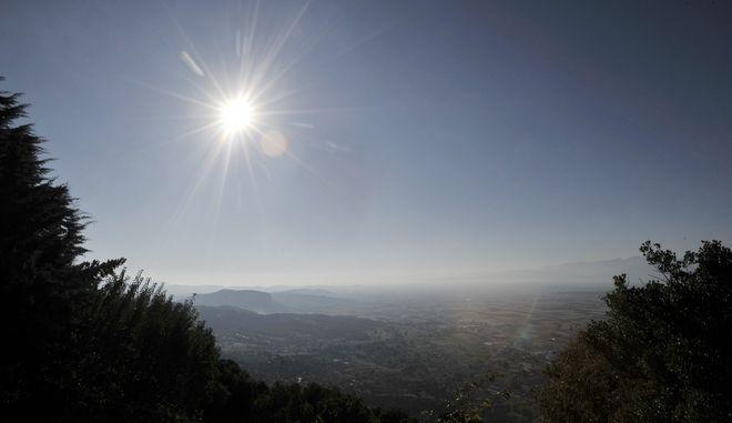 Ο ήλιος λάμπει πάνω από την πεδιάδα, όπως διακρίνεται από τα Μετέωρα. Το Καθολικό της Ιεράς Μονής Αγίου Στεφάνου Μετεώρων. (EUROKINISSI/ΘΑΝΑΣΗΣ ΚΑΛΛΙΑΡΑΣ)
