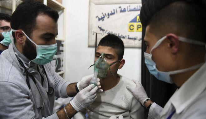 Άνδρας λαμβάνει πρώτες βοήθειες μετά την επίθεση στο Χαλέπι