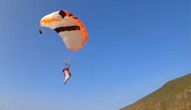 Ο Νταβίντ Τεχέιρο από την Ισπανία έγινε ο πρώτος αθλητής στον κόσμο που έκανε ταυτόχρονα αλεξίπτωτο πλαγιάς και  ελεύθερη πτώση.