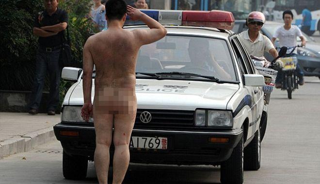 Χάος στους δρόμους λόγω γυμνού χαιρετισμού