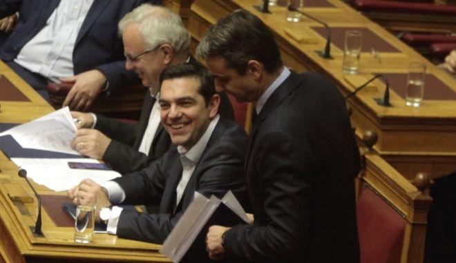 Χαμός στη Βουλή. Η τροπολογία προκάλεσε κόντρα κορυφής Τσίπρα-Μητσοτάκη