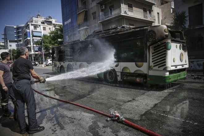 Πυρκαγιά σε αστικό λεωφορείο στη συμβολή των οδών Νιρβάνα και Αχαρνών στα Κάτω Πατήσια,Σάββατο 9 Ιουνίου 2018