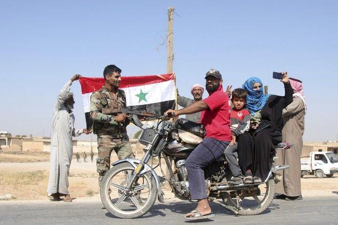 Στο χωριό του Ghebesh, κόσμος καλωσορίζει τα στρατεύματα του Άσαντ