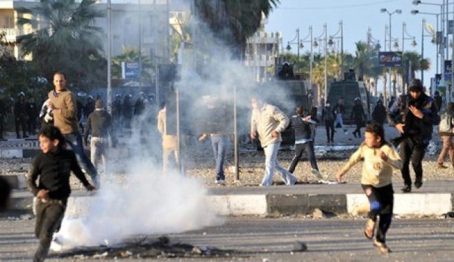 Protesters clash with Egyptian riot police in the Suez Canal city of Port Said on March 5, 2013. Fresh clashes broke out between police and protesters in the restive Suez Canal city of Port Said, where six people were killed at the weekend, an AFP journalist said. AFP PHOTO/STR