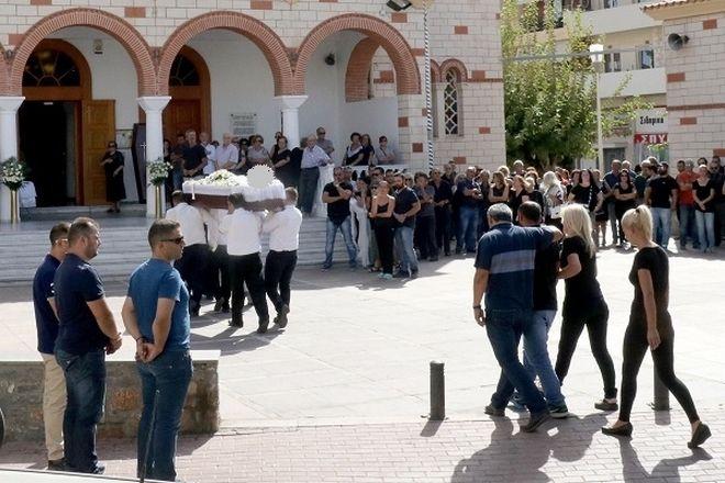 Ηράκλειο: Έσπασαν καρδιές στην κηδεία της 33χρονης μητέρας
