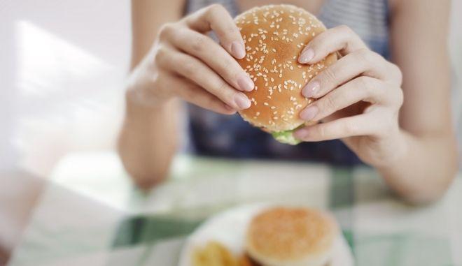 Γυναίκα τρώει hamburger