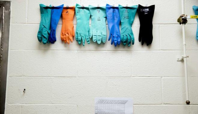 Κρεμασμένα προστατευτικά γάντια γιατρών που μάχονται τον κορονοϊό