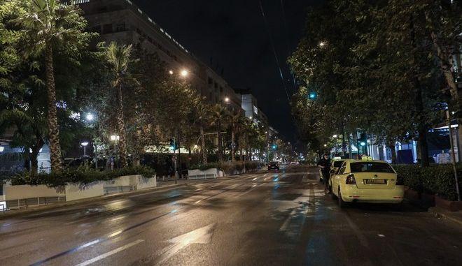 Στιγμιότυπο από τη βραδινή Αθήνα