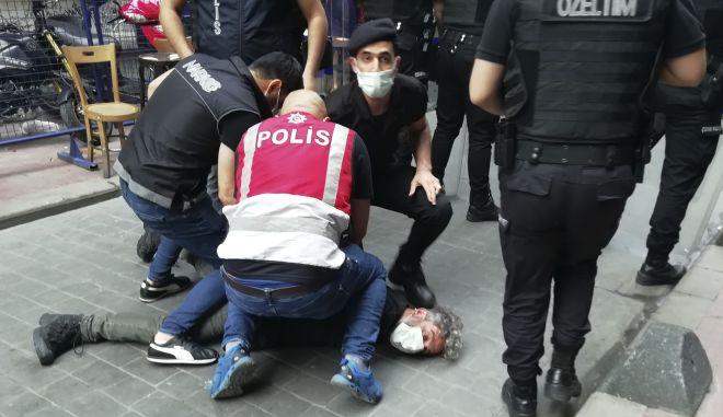 Τουρκία: Διαδηλώσεις μετά τη βίαιη σύλληψη του φωτορεπόρτερ - Δεκάδες δημοσιογράφοι στους δρόμους