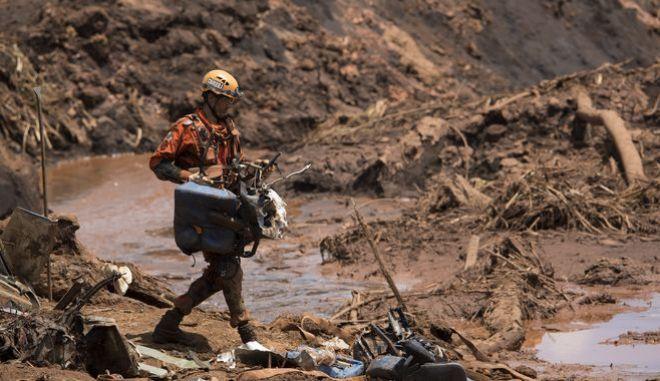 Διασώστης μέσα στην καταστροφή που άφησε πίσω της η κατάρρευση του τραύματος στο Μπρουματζίνιου της Βραζιλίας