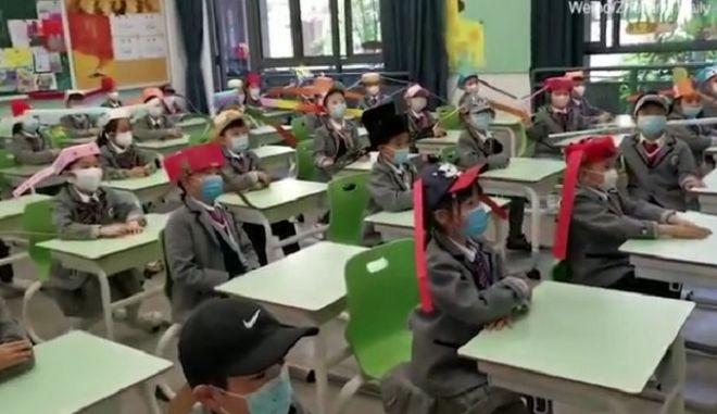 """Τα """"καπέλα του ενός μέτρου"""" είναι το νέο σχολικό trend στην Κίνα"""