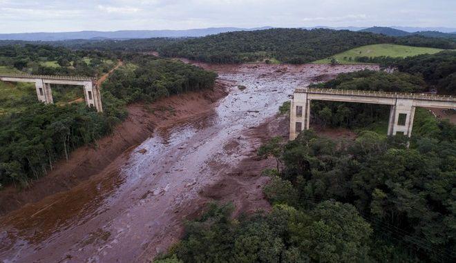 Γέφυρα έχει καταρρεύσει από τα τέλματα μετά από τη θραύση φράγματος σε μεταλλείο