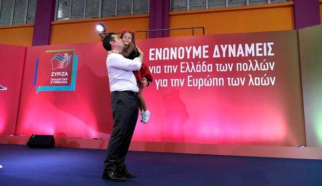 Καλαμάτα: Ο Αλέξης Τσίπρας αγκαλιάζει και φυλάει ένα κοριτσάκι μετά το πέρας της ομιλίας του