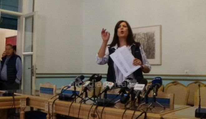 Η αντιπεριφερειάρχης Πελοποννήσου Ντίνα Νικολάκου κατά τη συνέντευξη Τύπου του Πέτρου Τατούλη