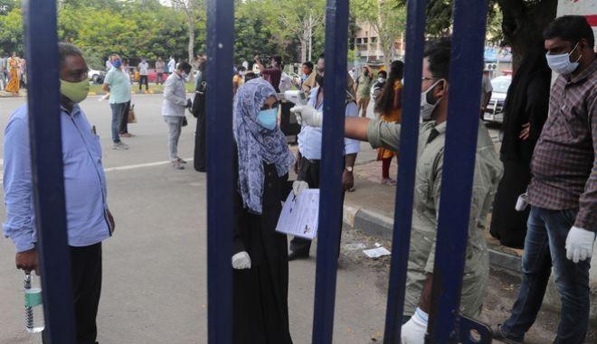 Υποψήφιοι εξεταζόμενοι, στην είσοδο εξεταστικού κέντρου για τις εξετάσεις εισαγωγής στην πρωτοβάθμια και δευτεροβάθμια εκπαίδευση της Ινδίας.