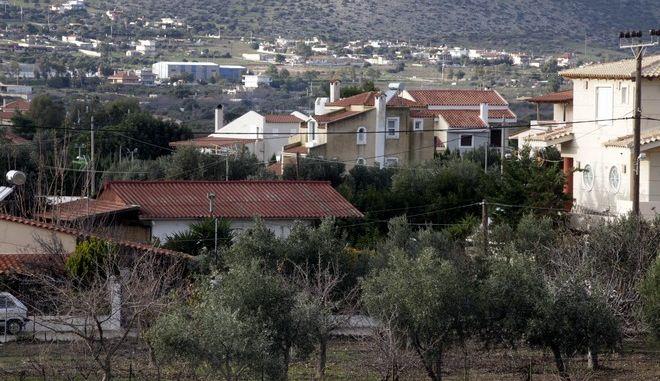 Το σπίτι στην Ανάβυσσο (αριστερά στην φωτό, το χαμηλό πίσω από τα δένδρα) όπου διέμενε ο Χριστόδουλος Ξηρός την Κυριακή 4 Ιανουαρίου 2015. (EUROKINISSI/ΧΡΗΣΤΟΣ ΜΠΟΝΗΣ)