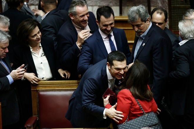 Ο πρωθυπουργός Αλέξης Τσίπρας (Κ), δέχεται τα συγχαρητήρια μετά την ανακοίνωση του αποτελέσματος της ψηφοφορίας στη συζήτηση στην Ολομέλεια της Βουλής για παροχή ψήφου εμπιστοσύνης προς την κυβέρνηση, Τετάρτη 16 Ιανουαρίου 2019.