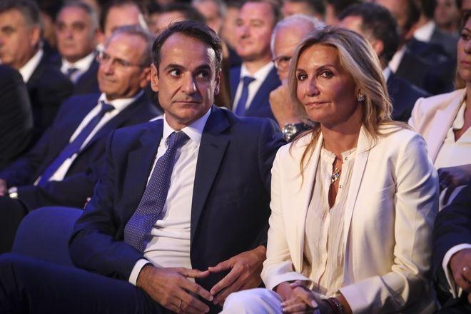 Ο Κυριάκος Μητσοτάκης και η σύζυγός του Μαρέβα, λίγο πριν την έναρξη της ομιλίας του