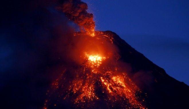 Εντυπωσιακά πλάνα: 'Ξύπνησε' το ηφαίστειο Μάγιον