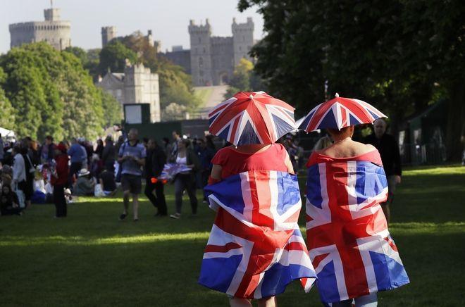 Οι φανατικοί της βασιλικής οικογένειας της Αγγλίας καταφθάνουν πριν την γαμήλια τελετή για τους γάμους του πρίγκιπα Χάρη και της Μέγκαν Μάρκλ στο Αββαείο του Αγίου Γεωργίου στο κάστρο του Γουίνσδορ κοντά στο Λονδίνο