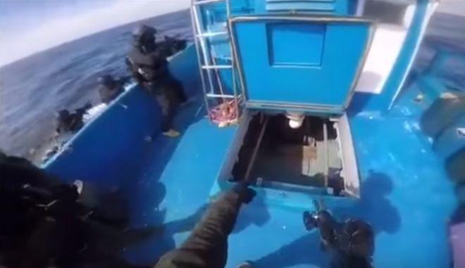 Βίντεο: Βατραχάνθρωποι του Λιμενικού καταδιώκουν και ακινητοποιούν το σκάφος με τον 1 τόνο κάνναβης