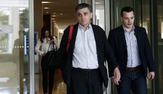 Ο υπουργός οικονομίας Ευκλείδης Τσακαλώτος,βγαίνει από κεντρικό ξενοδοχείο,όπου από εχθές γίνονται οι συναντήσεις  μεταξύ κυβέρνησης και θεσμών για την τρίτη αξιολόγηση, Τρίτη 24 οκτωβρίου 2017 (EUROKINISSI/Στέλιος Μισίνας)