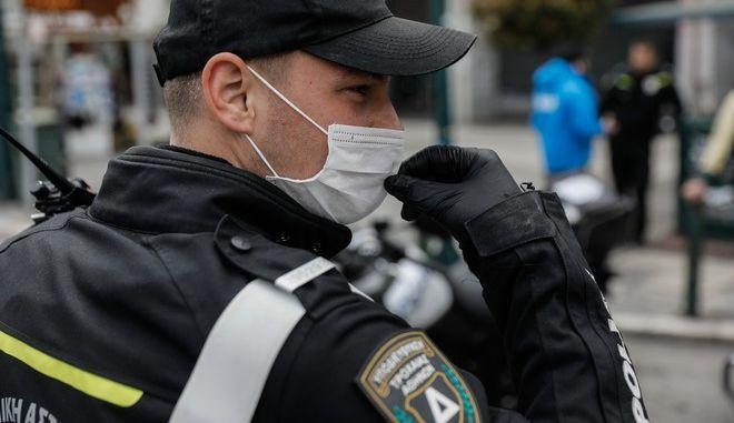 Έλεγχοι από αστυνομικούς σε πολίτες για την εφαρμογή των μέτρων. (EUROKINISSI/ΓΙΩΡΓΟΣ ΚΟΝΤΑΡΙΝΗΣ)