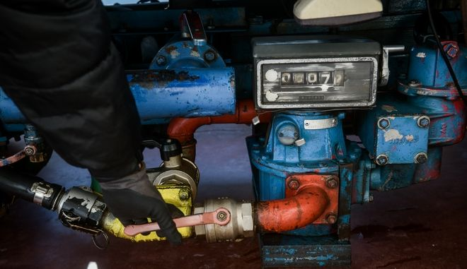 Προμήθεια πετρελαίου θέρμανσης σε κατοικία στο ϊλιον. (EUROKINISSI/ΤΑΤΙΑΝΑ ΜΠΟΛΑΡΗ)