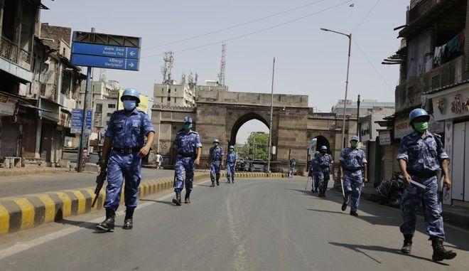 Περιπολίες σε πόλη της Ινδίας ελέω κορονοϊού