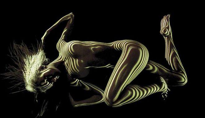Φωτογράφος ντύνει γυμνές γυναίκες με φως
