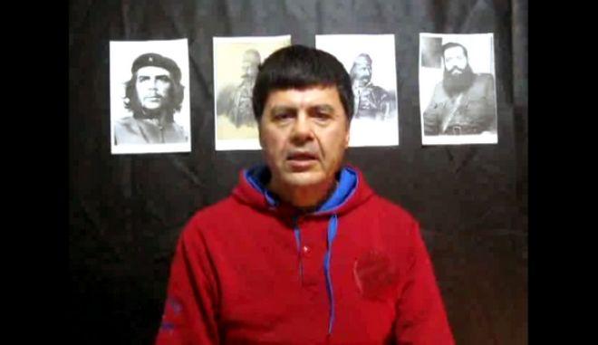 """Στην φωτογραφία από βίντεο, το μέλος της """"17 Νοέμβρη"""" Χριστόδουλος Ξηρός εκφωνεί απόσπασμα της ομιλίας του, με φόντο φωτογραφίες του Τσε, του Άρη Βελουχιώτη, του Θεόδωρου Κολοκοτρώνη και του Γεώργιου Καραϊσκάκη. Το βίντεο έχει ημερομηνία 14 Ιανουαρίου 2014. Ο Χρ. Ξηρός, την Δευτέρα 20 Ιανουαρίου 2014, απέστειλε επιστολή σε ιστοσελίδα του αντιεξουσιαστικού χώρου. Ο καταδικασμένος για εγκλήματα τρομοκρατίας, που απέδρασε μετά από άδεια που του χορηγήθηκε στις αρχές Ιανουαρίου, υπογράφει το κείμενο ως «Χριστόδουλος Ξηρός, Ελεύθερο μέλος της 17Ν». (EUROKINISSI)"""