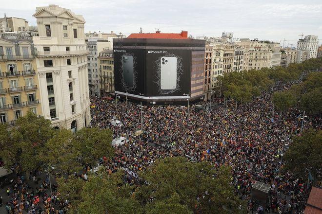 Εικόνα από την κινητοποίηση στη Βαρκελώνη κατά της φυλάκισης των αυτονομιστών ηγετών