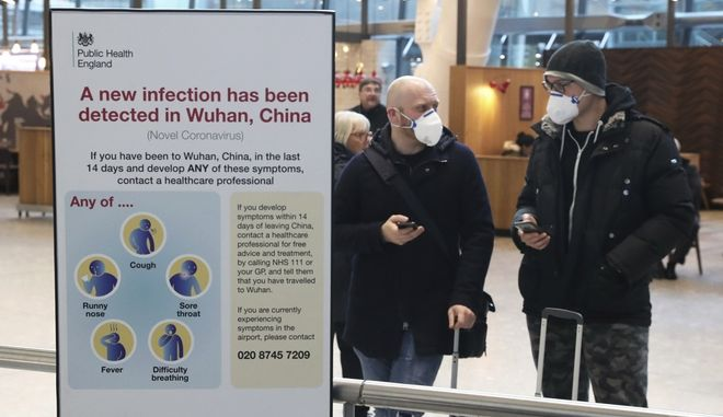 Επιβάτες φτάνουν στο αεροδρόμιο του Heathrow στο Λονδίνο μετά την τελευταία πτήση της British Airways από την Κίνα