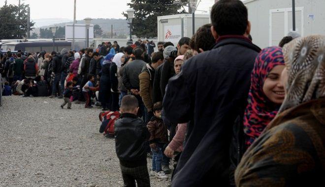 Εγκλωβισμένοι πρόσφυγες στην Ειδομένη στα σύνορα με την ΠΓΔΜ, την Παρασκευή 26 Φεβρουαρίου 2016. Στην Ειδομένη βρίσκονται εγκλωβιισμένοι σχεδόν 4.000 άνθρωποι στον καταυλισμό και άλλοι περίπου 1.500 να περιμένουν σε βενζινάδικο του Πολυκάστρου.  (EUROKINISSI/ΤΑΤΙΑΝΑ ΜΠΟΛΑΡΗ)